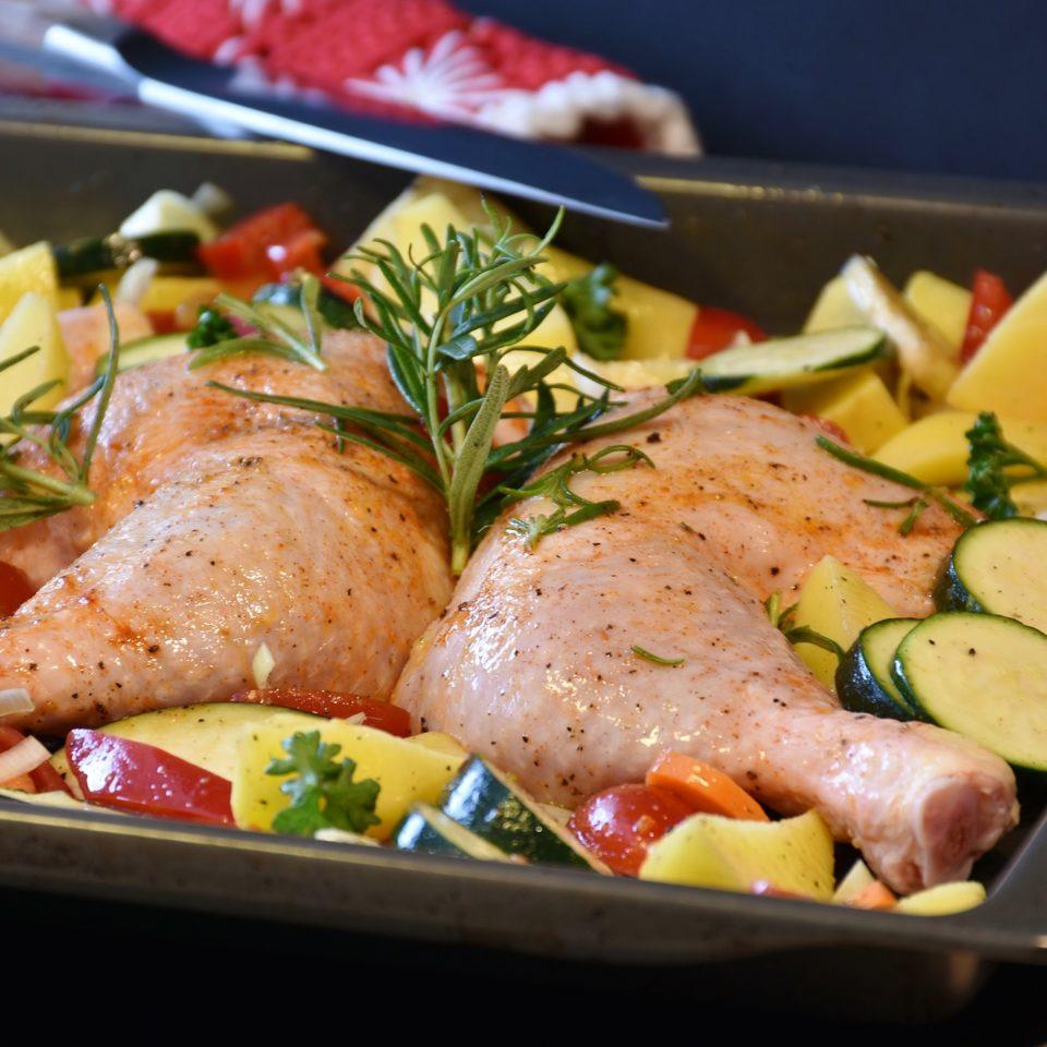 Cosce di pollo con patate e verdure
