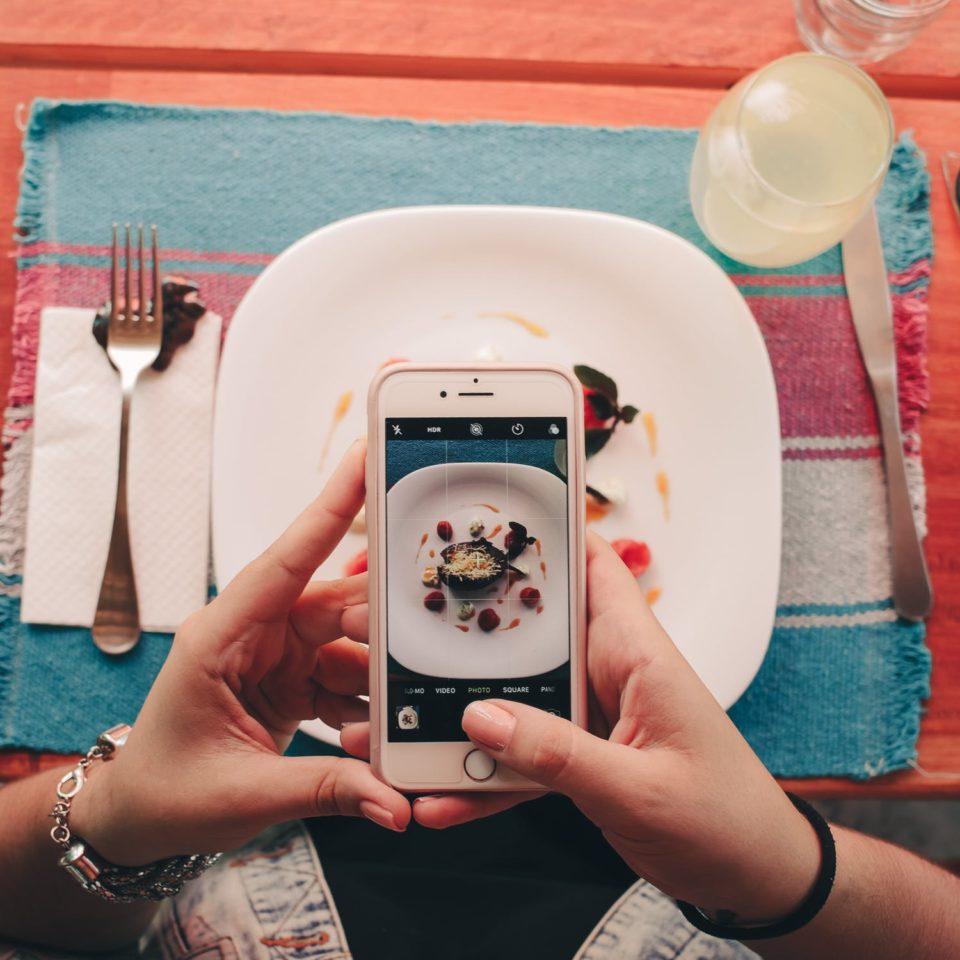Adolescenti - cosa fare se lo smartphone invade la prima colazione